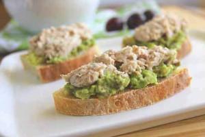 Подавай куриный паштет с хлебом и муссом из авокадо