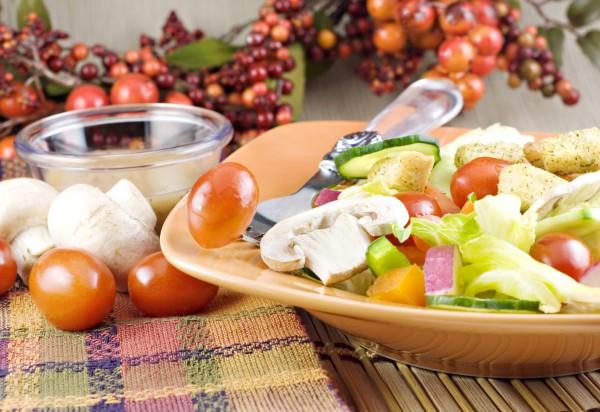 Рецепт                  Салат из овощей с шампиньонами и гренками