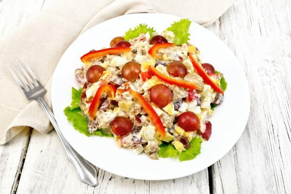 Мясной салат с виноградом и орехами