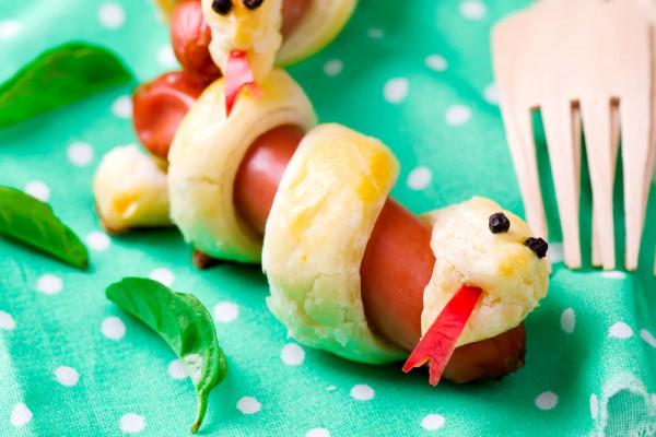 Рецепт                  Рецепты на Хэллоуин: Сосиски-змейки