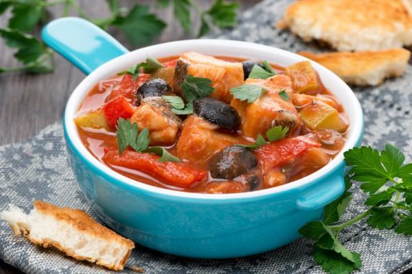 Рецепт                  Тушеная рыба с овощами и оливками