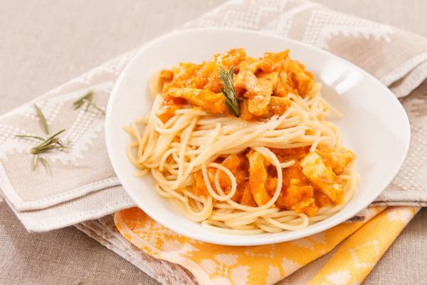 Рецепт                  Спагетти с курицей и томатным соусом