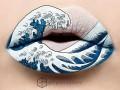 Девушка рисует на губах невероятные картины
