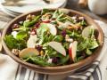 Осенние салаты с яблоками: три вкусные идеи