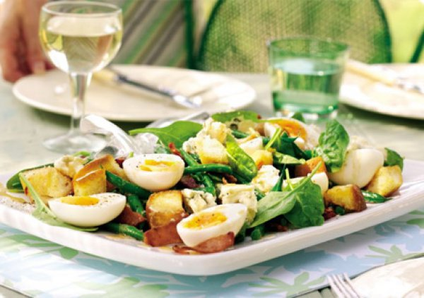Рецепт                  Летний салат из яиц и шпината с гренками