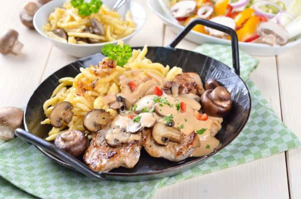 Свинину с грибами можно подавать с гарниром из жареного картофеля