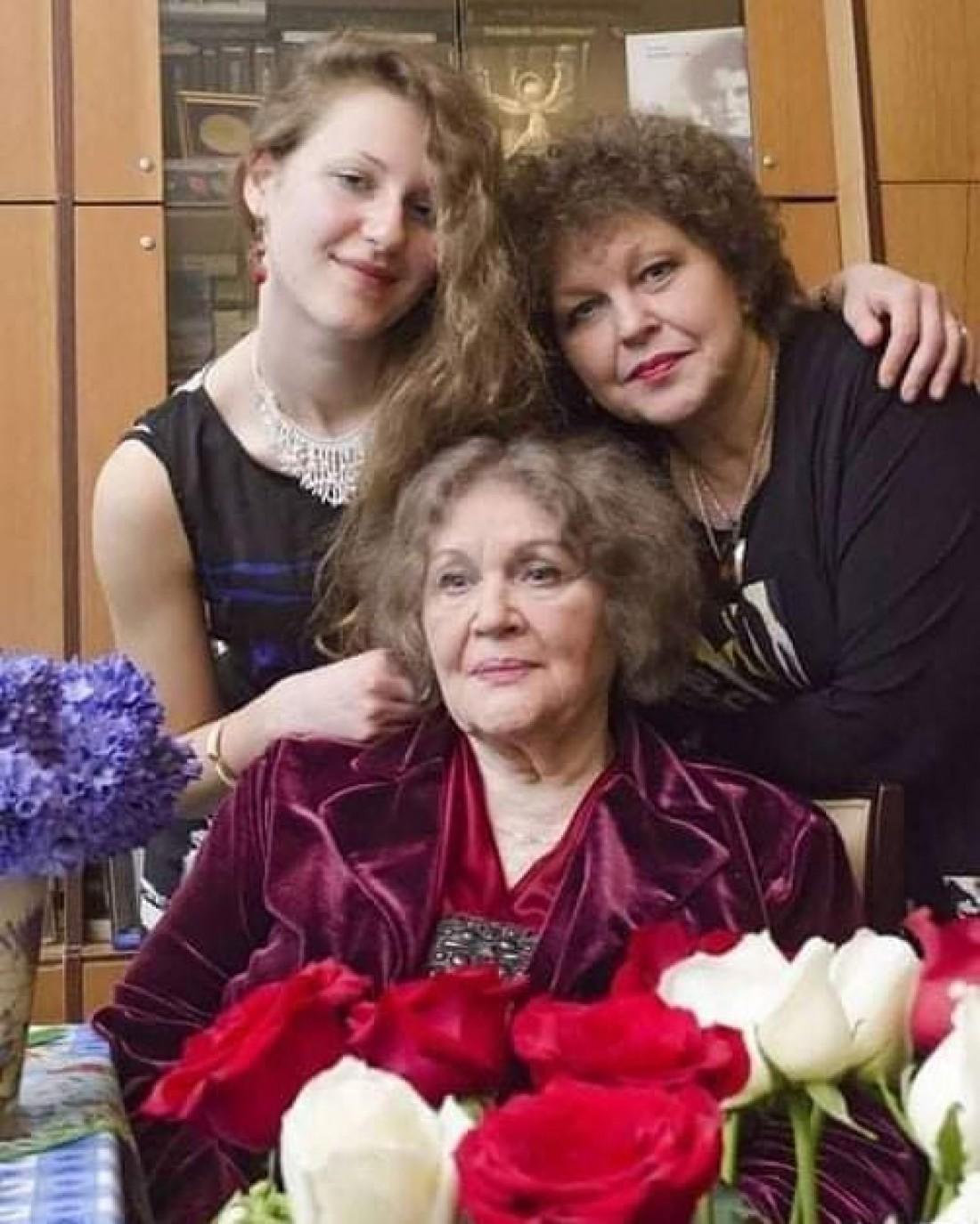 Лина Костенко с дочерью Оксаной и внучкой Ярославой