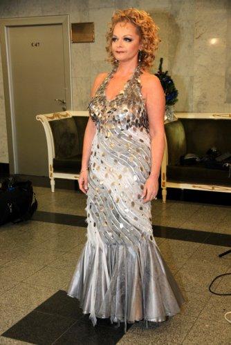 Лариса Долина вышла в свет в платье с открытой спиной - Папарацци: скандальные фото звезд и знаменитостей шоу бизнеса, звезды без макияжа - Фото - Папарацци - IVONA - bigmir)net - IVONA bigmir)net