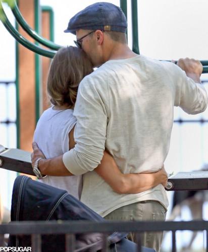 Жизель Бюндхен обнимает своего мужа Тома Брэди в июне в Бостонском парке