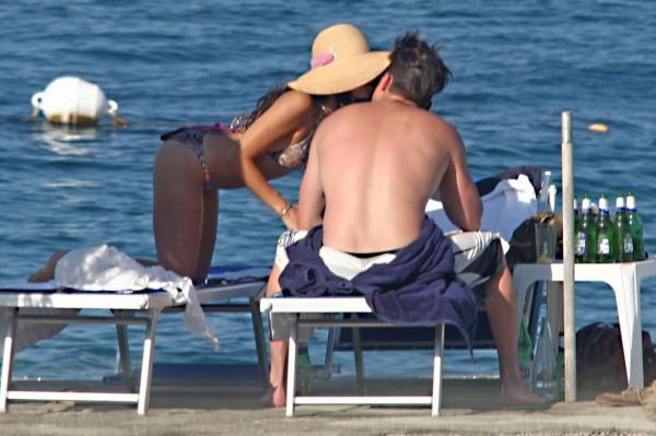 Дженна Татум целует своего мужа Ченнинга во время их отпуска в Италии, июнь 2010