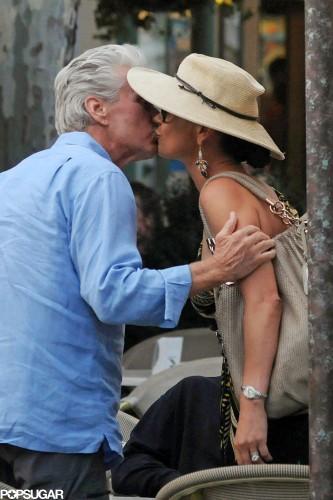 Майкл Дуглас целует свою жену Кетрин Зету-Джонс в Италии в июле 2010