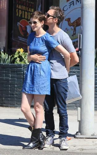 Адам Шульман обнимает свою супругу Энн Хэтэуэй во время шоппинга в Лос-Анджелесе в августе 2012