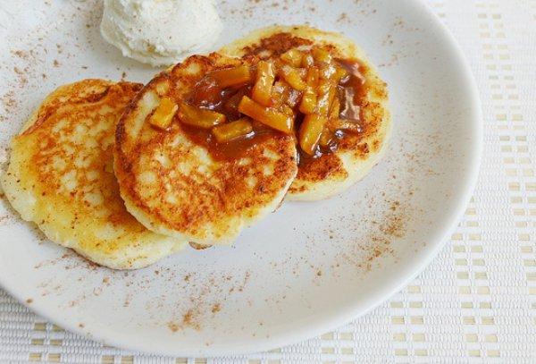 Рецепт                  Сырники с яблоками в карамели