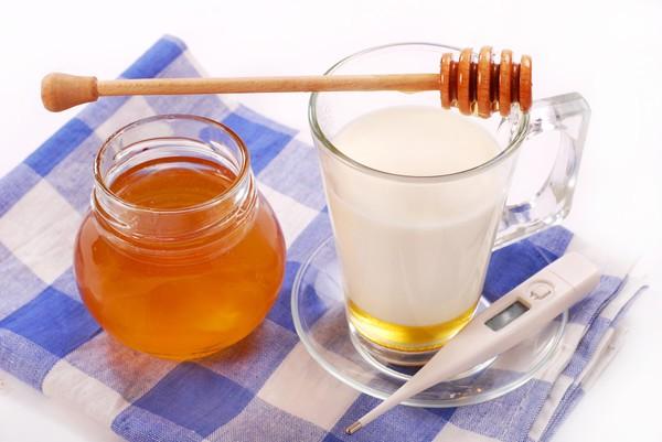Молоко с медом полезно при кашле