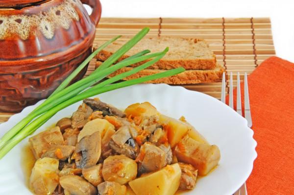 Рецепт                  Тушеное мясо с картофелем и грибами