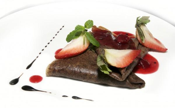 Рецепт                  Шоколадные блины с клубникой и бананами