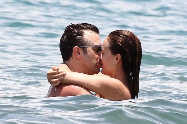 Оливия Уайлд и Джейсон Судейкис целуются на Гавайях в июне 2013 года