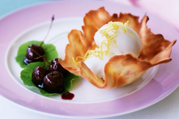 Рецепт                  Рецепты на 8 марта: Тюили с ягодами и мороженым