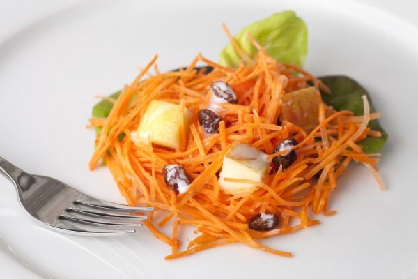 Рецепт                  Салат из моркови с изюмом и яблоками