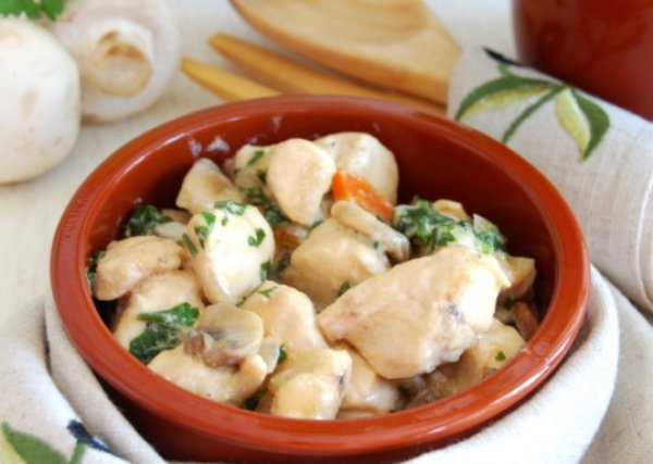 Рецепт                  Куриные грудки с шампиньонами в сливочном соусе