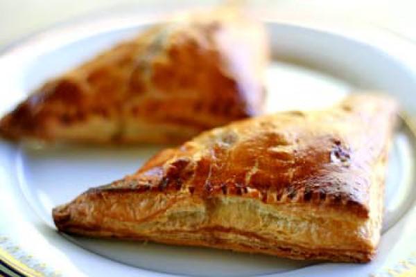 Рецепт                  Пирожки из слоеного теста с яблоками, изюмом и орехами