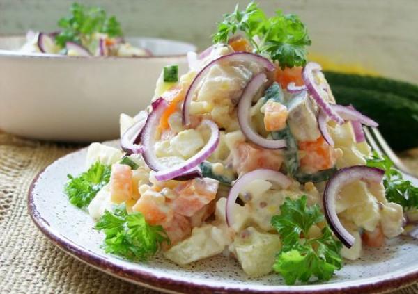 Праздничный салат на 8 Марта из ананаса с креветками