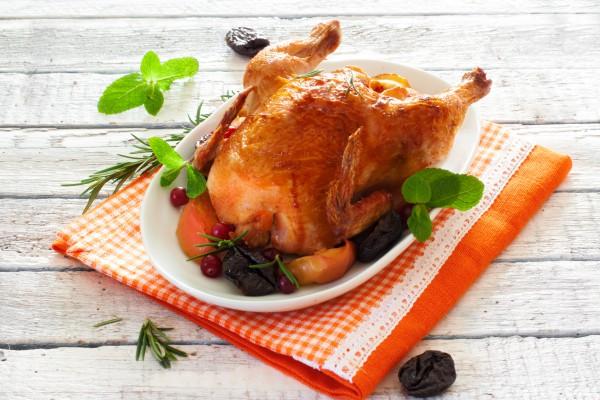 Рецепт                  Запеченная курица  с яблоками и айвой