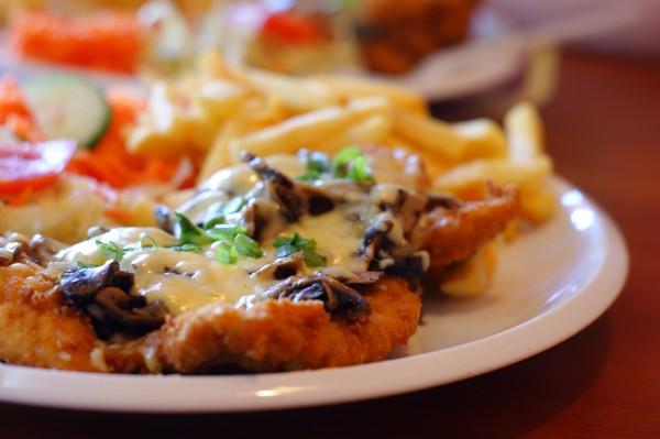 Рецепт                  Куриный шницель с грибами и сыром