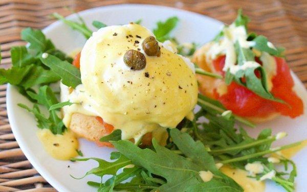 Рецепт                  Яйца-пашот с копченой форелью и голландским соусом