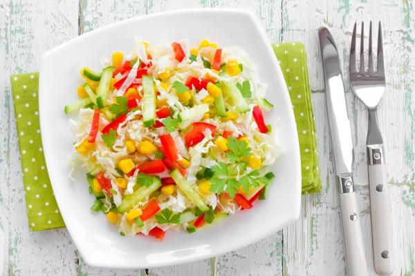 Рецепт                  Салат из пекинской капусты с овощами и кукурузой