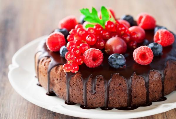 Пирог шоколадный с ягодами
