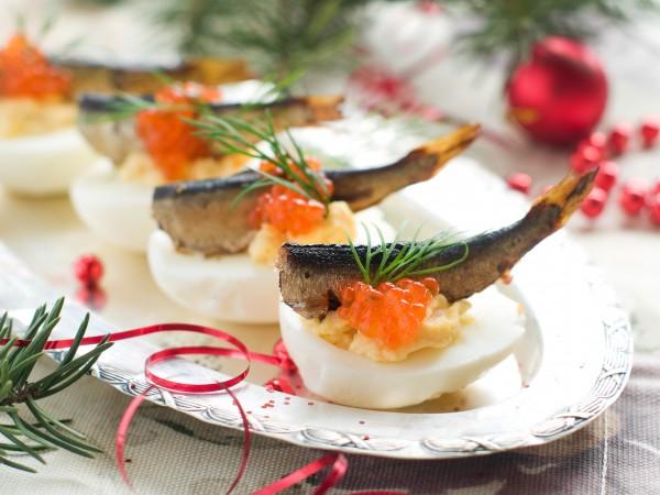 Рецепт                  Новогодняя закуска: Фаршированные яйца с икрой и шпротами