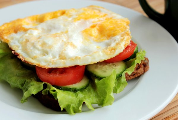 Рецепт                  Бутерброд с жареным яйцом, огурцами и помидорами