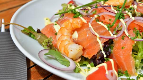 Рецепт                  Рецепты на 8 марта: Салат из лосося и креветок