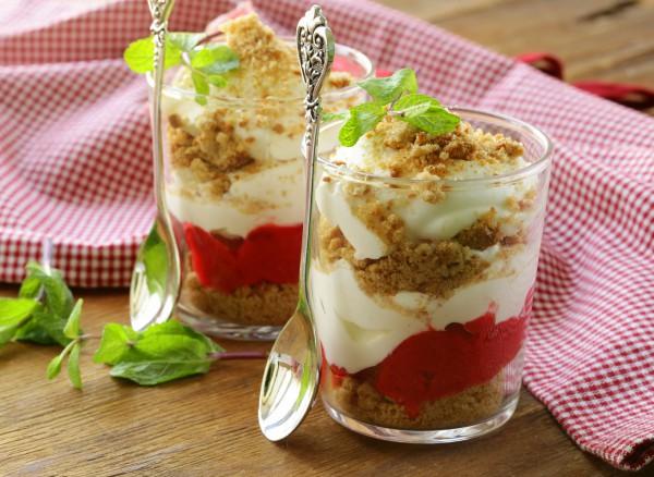 Рецепт                  Творожный трайфл с ягодным пюре и печеньем
