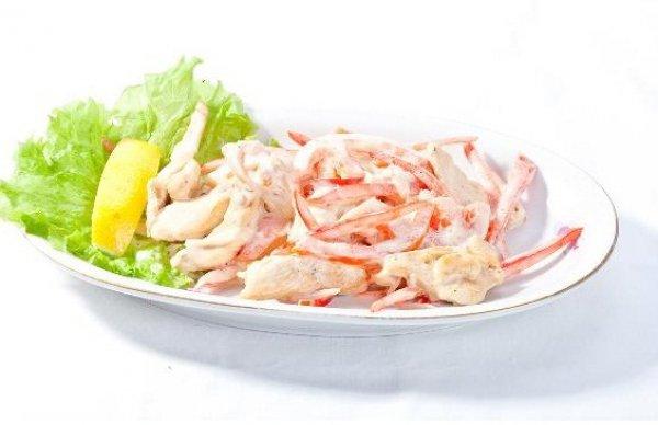 Рецепт Салат из курицы с овощами и мясом краба
