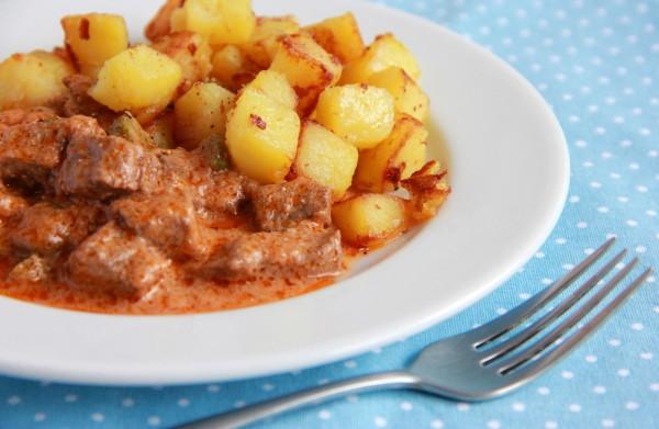 Рецепт                  Говядина в томатном соусе с маринованными огурцами