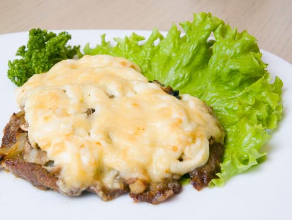 Рецепт                  Запеченное мясо с грибами и сыром